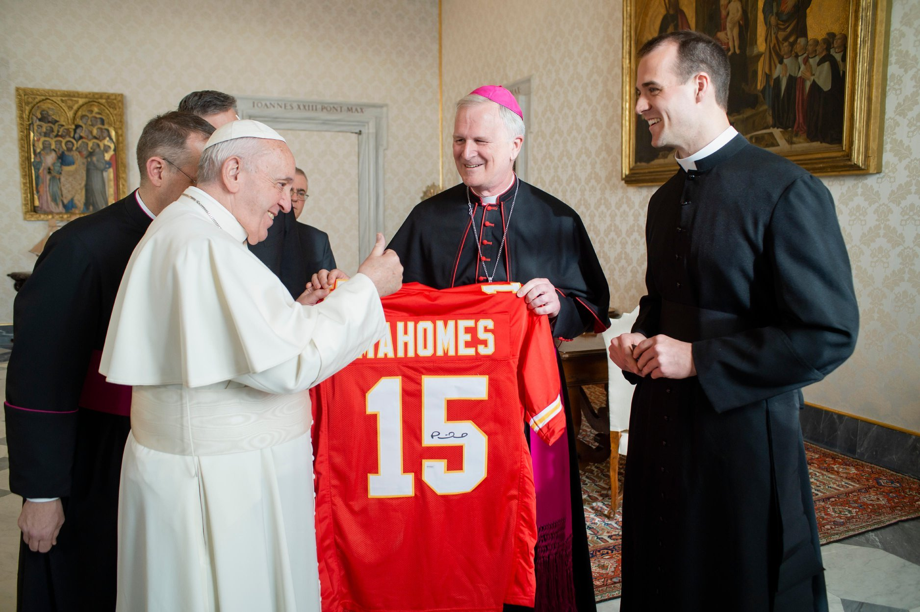 Picture of the Pope getting a Mahomes Jersey