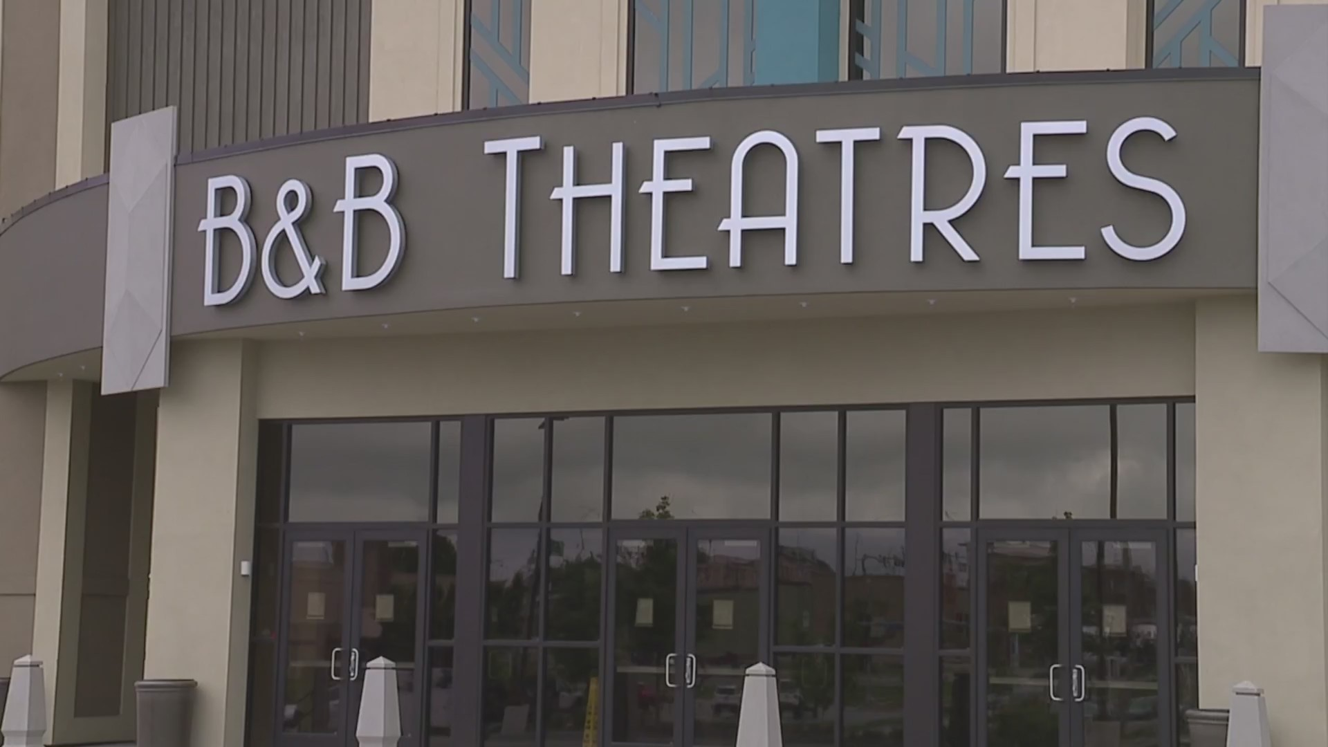 Picture of B&B Theatres sign