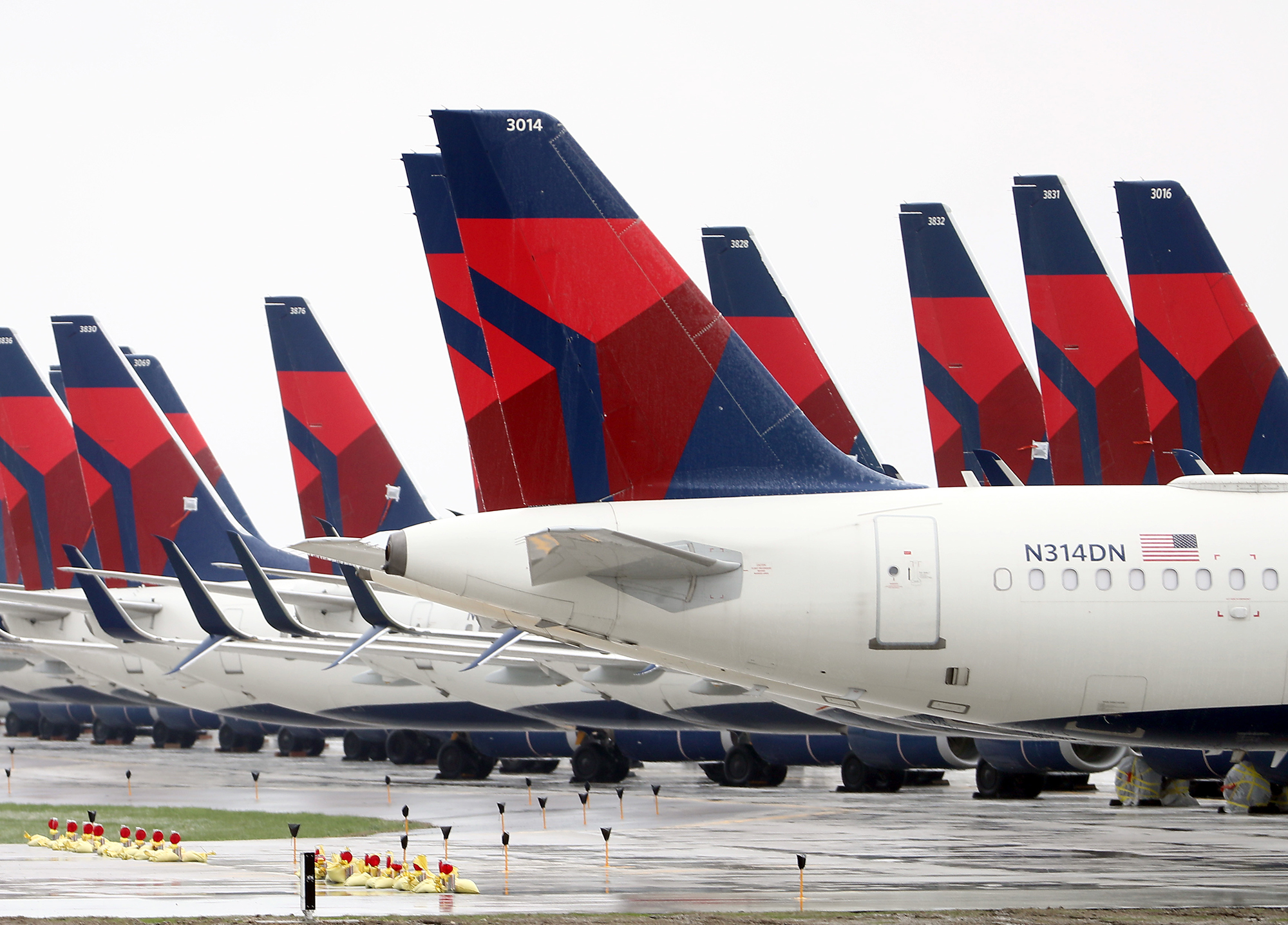 Picture of Delta signs on plane tails