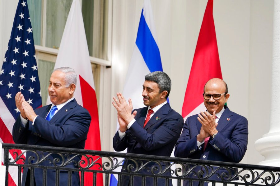 Picture of diplomats clapping