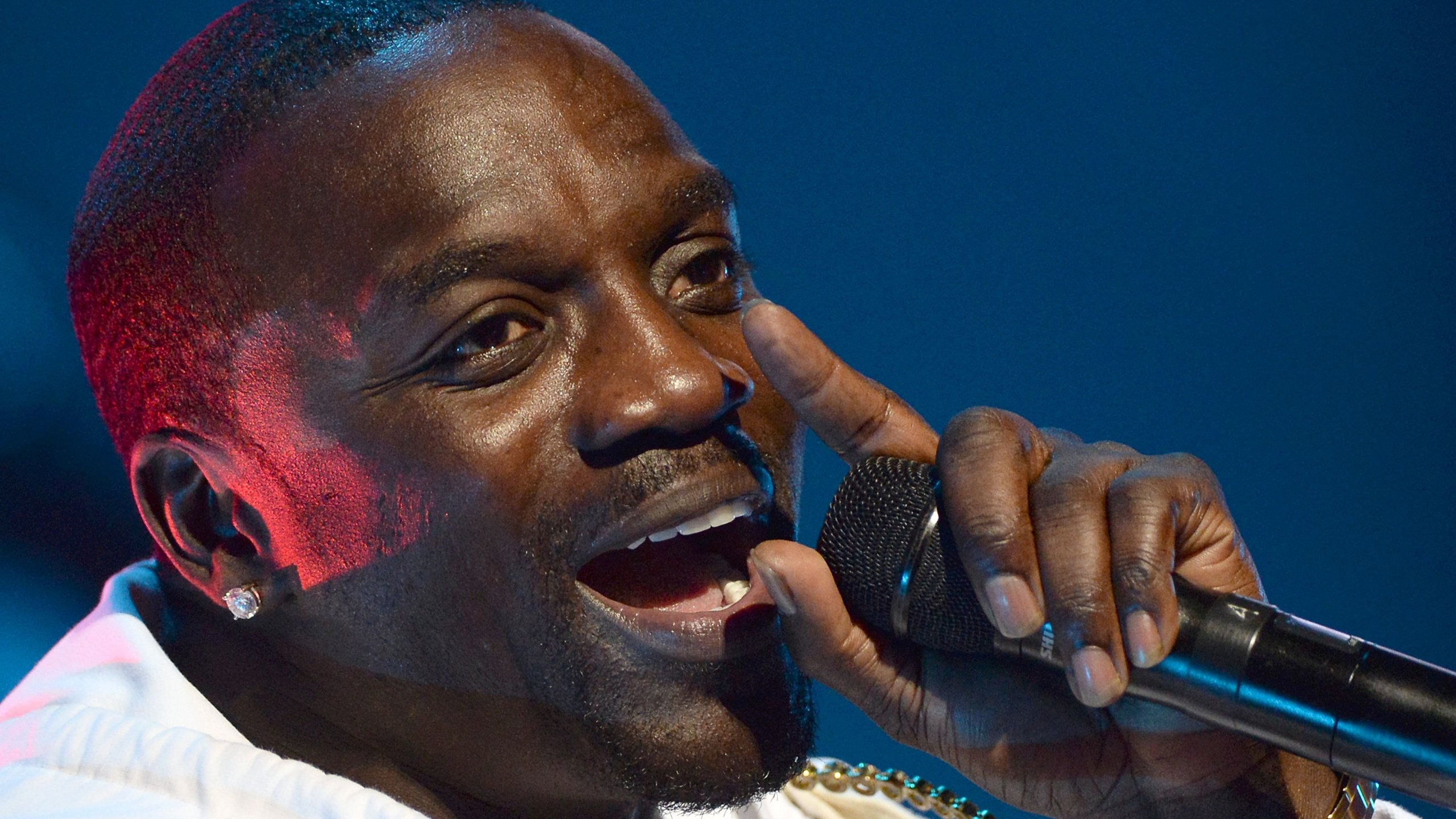 Picture of Akon singing