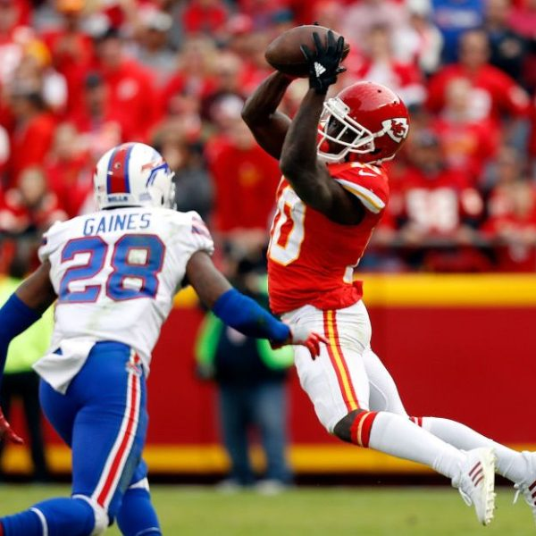 Picture of Tyreek Hill catching pass against Bills