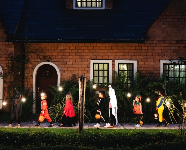Kids trick-or-treating picture