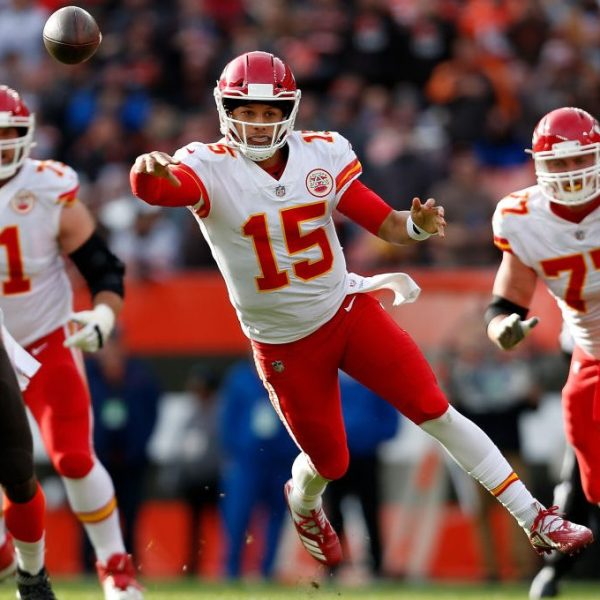Picture of Mahomes throwing against Browns