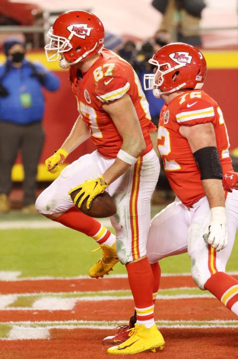 Picture of Travis Kelce celebrating touchdown