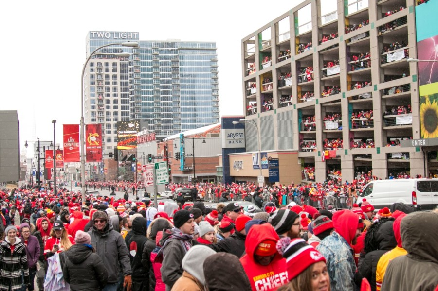 Picture of parade crowds downtown KC
