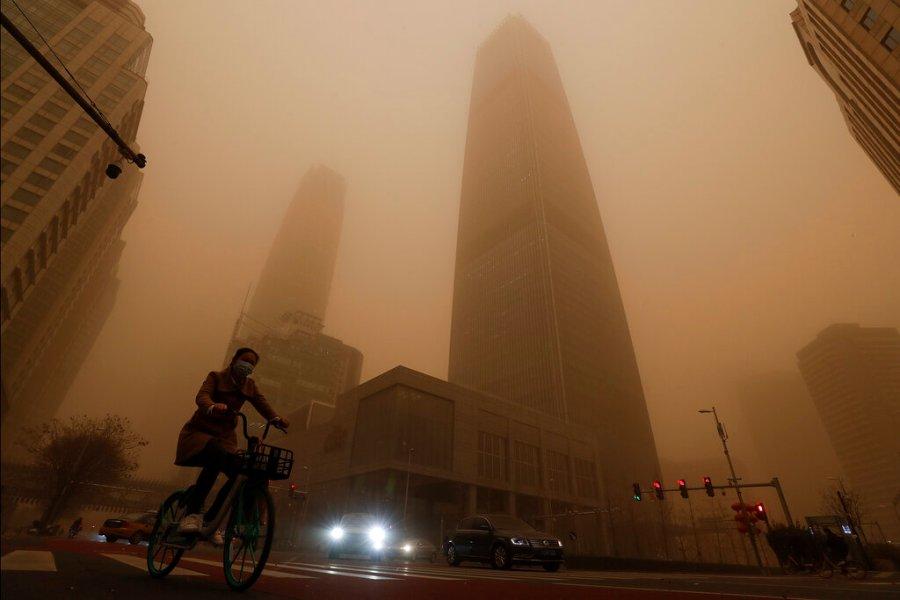 朦胧,昏暗的摩天大楼骑自行车的人的图片