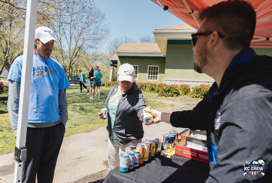 Picture of golfers getting beer at Par 3 One Club Challenge