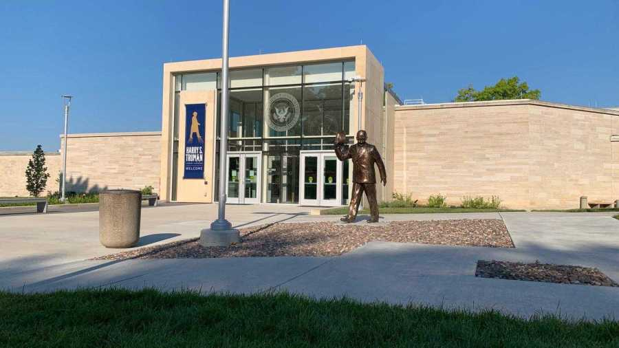 Picture of the Harry S Truman Library and Museum entrance